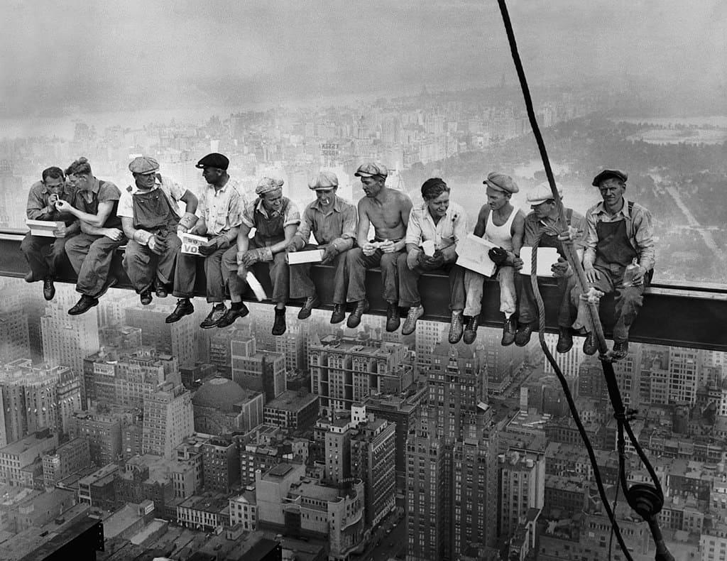 """Photographie """"Lunch Atop a Skyscraper"""" (Déjeuner en haut d'un gratte-ciel) de 1932"""
