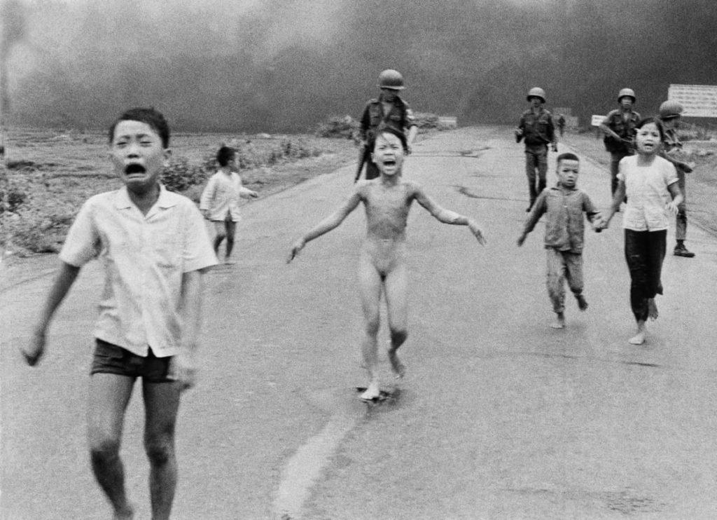 """Photographie """"Napalm Girl"""" (La petite fille brûlée au napalm) en 1972"""