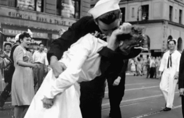 Photographie V-J Day in Times Square de Alfred Eisenstaedt en 1945